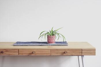 ダイニングテーブルに収納や高さ調節などを求める人は、デザインだけでなく機能性にも注目!収納があるとテーブルの上がすっきりして、心地よく過ごせそうですね。  【機能性で見るダイニングテーブルの主な種類】 ・昇降式(ステップアップ式) ・収納付き(引き出し付き) ・折りたたみ式 ・伸長式など