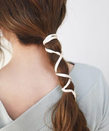 サテンのつるんとした素材感が夏のコーデに似合うワイヤ―ポニー。サテンの紐の中にワイヤーが入っているので、ポニーテールなどの毛束にくるくると巻き付けるだけで、旬のアレンジが楽しめます。