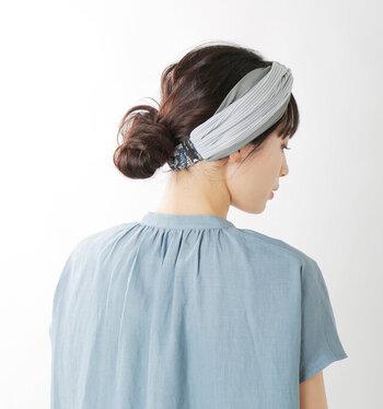 ローポニーの毛束を結び目にゆるく巻き付けピンで固定してシニヨンに。アレンジの前にヘアターバンを首にくぐらせておくのがポイント!リラックス感のある大人の休日スタイルにおすすめです。