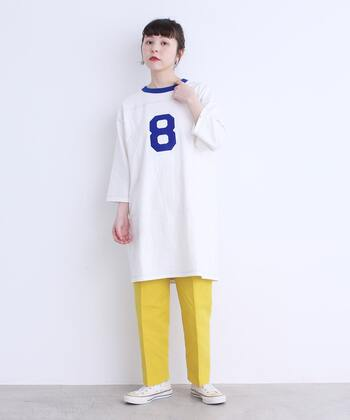 メンズライクなTシャツワンピースに、イエローのパンツを投入。ともすれば部屋着っぽくなりやすい1枚も、端正なパンツの後押しで一気にタウンユース向けにシフトします。