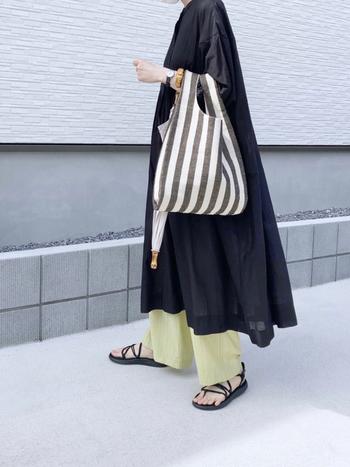 黒のシャツワンピースは、夏だとちょっぴり重たい印象になりやすいですよね。そこで軽やかな着こなしへと誘導すべく、イエローのパンツを投入。あくまでワンピースが主役パンツが引き立て役なので、8:2の絶妙な配分がちょうどいい!