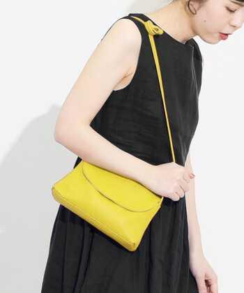 お洋服で取り入れるのはやっぱり抵抗がある。そんな人はバッグやシューズ、レッグウェアなど小物でイエローを取り入れてみて。面積が小さくてもさりげない存在感を放ち、着こなしに花を添えてくれます。