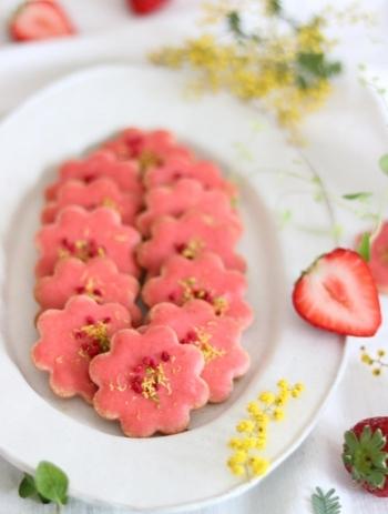 お花のかたちの抜き型を使って、ピンク色がかわいいお花のクッキーも素敵。いちご味のアイシングにフランボワーズとピスタチオをのせて、うんとおしゃれにデコレーションしましょう♪