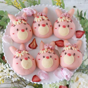 クッキー生地で作った花飾りがとってもかわいいこちらのレシピ。きゅんとするピンク色に仕上げるコツは、「焼き色がつく前にアルミホイルを被せること」だそうです。チョコペンで顔とお花を仕上げて♪