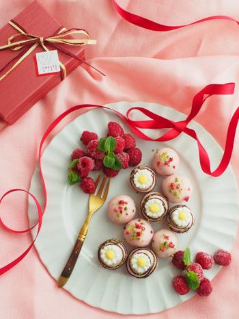 デコペンでマーガレットのようなお花を作って。それをピンク色のトリュフにのせると、とってもかわいい!たくさん作れるので、イベント時のお配り用にもぴったりですね。