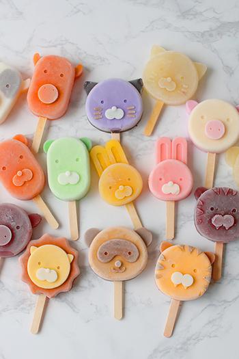 動物たちの型を使ってカラフルなアイスキャンディー作り♪ 顔のパーツは、色分けしながら段階的に固めて重ねていくことで、よりリアルでかわいらしく仕上がりますよ。