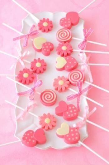 お花のかたちのシリコン型を使って、こんなにかわいいチョコレートはいかが? コツは色分けのときに、先に入れたチョコレートが固まるまでしっかりと待つこと。そうするとぼやけずに色が分けられるそうです♪