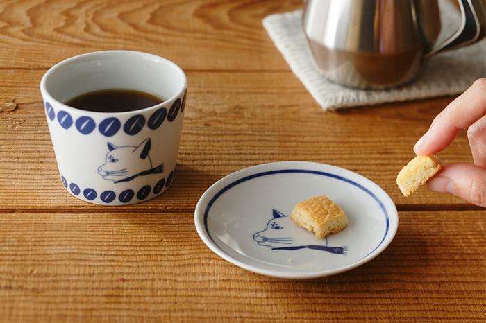 香川県高松市にあるコーヒー専門店、プシプシーナ珈琲の名物キャラクター、「ねこ部長」が描かれた伊万里焼のそば猪口&小皿。ねこ部長のキリッとした表情が艶やかな磁器によく映えます。珈琲&焼き菓子、または、日本茶&和菓子、ティータイムのお供にもいいし、それぞれ個別に使うのもいい。日々の食卓のいろんなシーンで活用してみてくださいね。