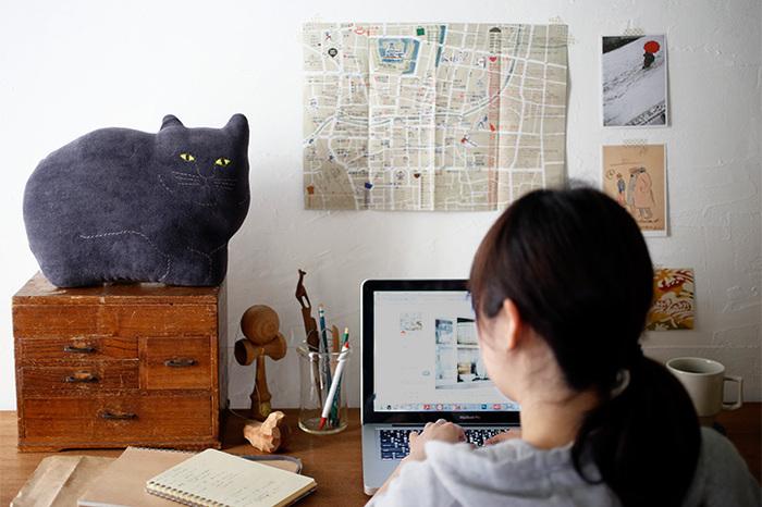 ぬいぐるみのようでもあり、オブジェのようでもある「トモタケ」の動物クッション。いろんな動物のバリエーションがありますが、黒ネコは2タイプ。写真は、落ち着いた表情でこちらを見つめるペロ。背中を丸めて日向ぼっこをしているようなマイペースさも素敵。テレワークの合間にふと目が合えば、自然とホッとさせられるような、不思議な存在感を醸し出しています。