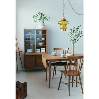 unicoの「KURT(クルト) バタフライテーブル」は、天板の両端を折りたためるコンパクトさが魅力。天板下には収納も付いており、コンパクトながら機能性に富んでいます。  また、天板にはオークの突板が、脚や棚の部分にはアッシュが使われ、木目の表情を存分に楽しめるのもポイントです。