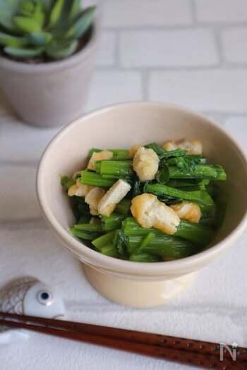 小松菜と相性バッチリの油揚げで作る定番ですが、レンジで簡単に作れるうえに、調味料も白だしでOK!なのにおいしく仕上がるので、おうちに油揚げと白だしを常にストックしておきたくなりそう。