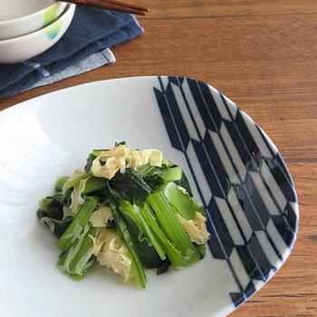 白だしと湯葉で上品な味わいに。小松菜の食感も残り、湯葉との食感の対比も楽しめるおつまみにも、おもてなしにも使えるレシピです。