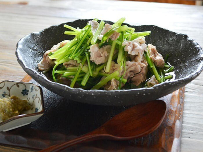 壬生菜と豚肉で作る食べごたえのある煮びたし。水菜と同じく壬生菜は京の伝統野菜の一種ですが、水菜と違って全国展開がされておらず、あまり手に入れることができないので、手に入ったらぜひ試してみてはいかがでしょうか。もしくは水菜でアレンジするのも新たなおいしさの発見につながるかも。