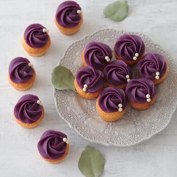 鮮やかな紫芋を使ったほくほくのおいもカップケーキ。既成のペーストを使って作るのでとっても簡単!星口金でバラの形を作ったら、パールホワイトのトッピングを使っておしゃれに仕上げましょ♪
