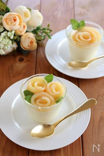薄切りにした白桃で作った白桃を咲かせ、そこにミントをバラの葉っぱに見立てて飾ればこんなにきれい!花束をくるんでいるかのような土台の白い部分は濃厚なホワイトチョコプリン。白桃との相性が抜群です♪