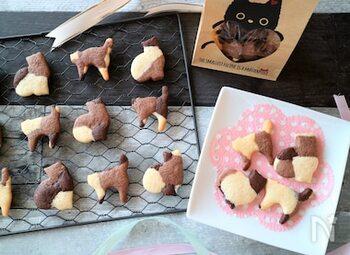 ココアの量を変えて作った2色の生地と、プレーン生地をランダムに並べてマーブル模様に。それを猫のクッキー型を使って抜けば、まるで三毛猫みたい♪ 型抜く場所によって、いろんな柄の猫ちゃんが楽しめるクッキーです。