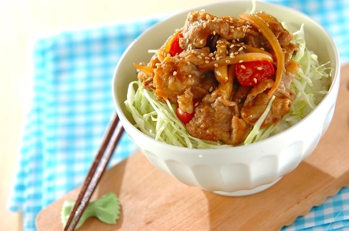 洗い物を極力減らしたいときに便利なのが丼ぶり。甘辛味の生姜焼きは、子どもでも食べやすくておすすめです。ダイエット中の方はご飯を少なくしてキャベツを多めにしても◎