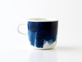 マリメッコで定番のお花模様Vihkiruusu(ヴィヒキルース)やUnikko(ウニッコ)の可愛らしい雰囲気とは異なり、とても個性的なデザイン。角度によって青色の濃淡や模様が変わります。 コーヒーや紅茶のほかにも、枝豆やじゃがいもなど夏の冷製ポタージュも似合いそうです。