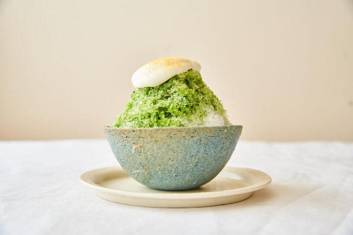 夏にぴったりなひんやりスイーツといえば、かき氷!カルピスと抹茶を合わせた自家製シロップをかけ、カルピス入りの生クリームをトッピングします。氷とクリームを混ぜながら、溶けないうちに召し上がれ♪