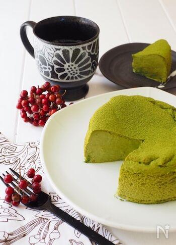 しゅわとろ食感を楽しめるスフレケーキです。生地にメレンゲを混ぜ込み、オーブンでじっくり蒸し焼きにするのがポイント。仕上げに抹茶を振りかけると、風味が増して色も綺麗!