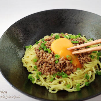 台湾ミンチを電子レンジを使って作るレシピ。あとは、麺を茹でるだけです。レンチンの間にネギを切ったり、麺を茹でれば、ものの5分で完成です。