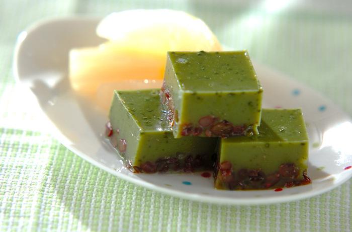 抹茶と小豆が2層になった上品なようかんです。ゆで小豆は缶詰を使えばお手軽。つるりとした食感で、どんどん食べ進められますよ。