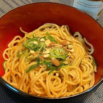 茹でた中華麺に調味料を混ぜるだけの超シンプルなまぜそばですが、おつまみにもなるおいしさ。カシューナッツを加えると、いい食感と風味がプラスされます。