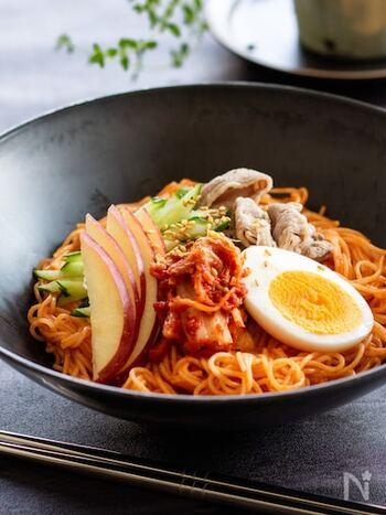 韓国の冷やし麺「ビビン麺」は、そうめんやひやむぎで代用すると近い雰囲気に。コチュジャンを使った甘辛で酸味もある味つけが夏によく合います。具もたっぷりのせて、栄養バランスよくいただきましょう。