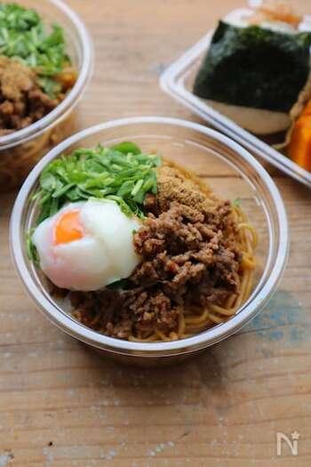 汁なし麺のまぜそばは、お弁当にもおすすめ。麺にはめんつゆなどで下味を付け、ミンチには焼肉のたれなどを使っていますので、忙しい朝でも簡単です。