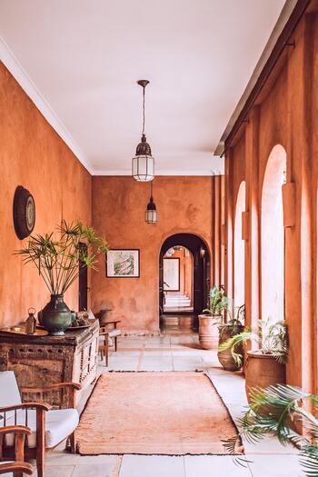 モロッコの建物は一般的に土壁で、それに合わせてか、カラフルでも彩度の低い配色が基本です。主にアラブのイメージである暖色系や地中海を彷彿とさせるブルー系でまとめる方が多い様子。  多色使いも伝統的なモロカンスタイルでは多く見られますが、全体のトーンを揃える必要があります。上品にまとめたいシンプル好きさんには、ベージュなどのアースカラーで統一するのがおすすめ◎