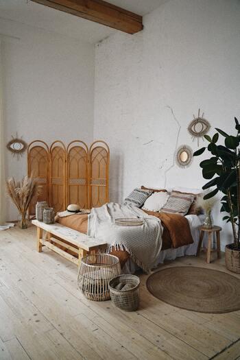 モロカンインテリアに使われる大型家具は、素朴な木製で高さがないものが基本です。エッジの効いたものではなく丸みがあり、どっしり感のあるものがピッタリです。