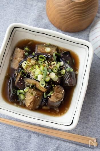 中華風の醤油ダレが食欲をそそる煮びたし。焼くときに皮のほうから焼くことで色よく仕上がります。暑い季節は冷やしてからいただくのもおすすめ。