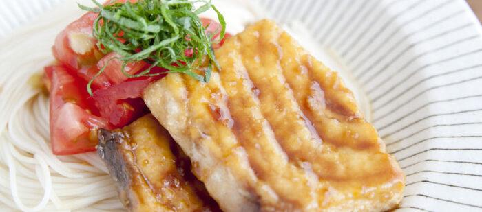 レパートリーが限られがちな魚でもそうめんと一緒においしくいただけます。にんにくをきかせたパンチのある甘辛味のカジキはボリューム満点! トマトの酸味がよく合います。