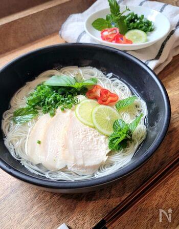 いつも和風なそうめんも、ライムや香草と合わせれば気分は一気にベトナムフォー風に。食べる前から香りで食欲を刺激されます。鶏の蒸し汁やゆで汁がなくても鶏ガラスープの素+お湯で代用可能です。