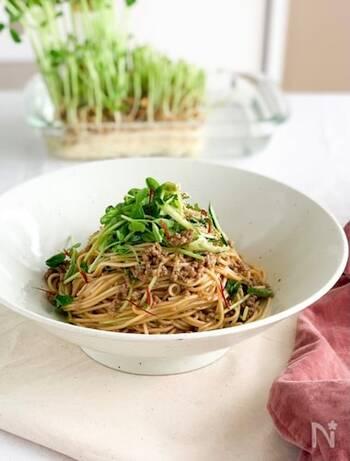 韓国風の混ぜそうめんに豆苗をたっぷり加えて「栄養」と「噛んで食べる」を両立。合い挽き肉を炒めるときに出る余分な油を拭き取ることで、すっきりとした仕上がりに。すりごまをたっぷり入れて召し上がってください。