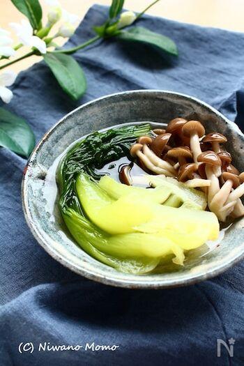 チンゲンサイとしめじを、白だしでサッと煮て作る、簡単煮びたしですが、野菜のおいしさがたっぷりしみ出て汁まで飲み干したくなるおいしさに。冷蔵庫で冷やすとよりおいしくいただけるので、夕食に使う場合は早めに作って冷やしておくと良いかも。