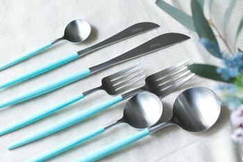 Cutipol GOAにターコイズブルーがあるのはご存知でしょうか?爽やかなだけでなく、品のあるデザイン。普段の食事も特別美味しく感じられそう。ホワイトのお皿と合わせて、爽やかな食卓を作りませんか。