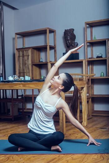朝は元気を出すために胸を開くポーズがおすすめです。 ※肩を痛めている場合は無理に手を上げないように優しく行ってください。  【朝の準備運動に最適な体側伸ばしのポーズ】  吸う息に合わせて片手を上げて、体側をストレッチします。吐く息で手を下ろし、反対側も同様におこないます。無理に傾けようとせずに、気持ちいいと感じるところで呼吸を繰り返しましょう。