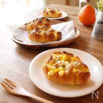 ロールパンに格子状に切れ目を入れてプルアパートブレッド風に。朝にもぴったりのコーンポタージュ味のアレンジです。