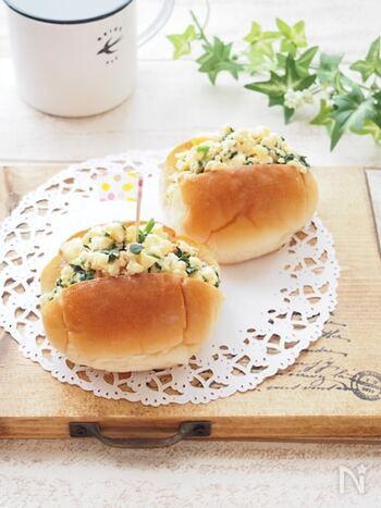 伊達巻をアレンジして、子どもが喜ぶ甘めでふわふわ食感の卵サンドに。ほうれん草を加えることで、彩りと栄養バランスがアップします。