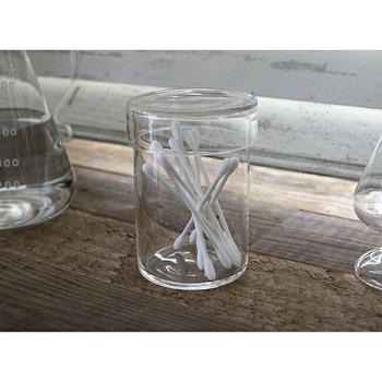 ガラスの保存容器に綿棒をイン。透明だから中が一目瞭然で、綿棒の残量がわかりやすいですね。