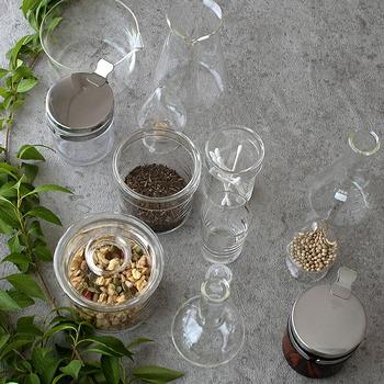 フタ付きのガラス容器には、ナッツやシリアル、茶葉などを入れて保管。並べて置いておくだけでおしゃれな見せる収納になりますし、中身がわかりやすいのもうれしいポイント。