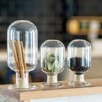 種子や粉末を保管、展示するために使用されるガラス容器「シードボトル」にスパイスを入れて。中身を入れてコルクの蓋をしたら、ひっくり返してそのまま置くことができます。