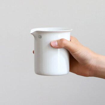 実験磁器を製造するチェコの会社・JIPO社製のビーカー。ホワイトの磁器は清潔感があり、温かみのある表情を見せてくれます。