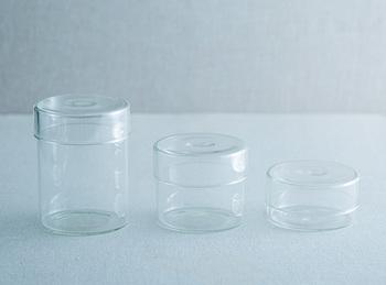 高さの異なるガラスのフタ付き容器。直径が同じなので重ねて収納することも可能です。全サイズ揃えておくと、日常のいろいろなシーンで使えそう。