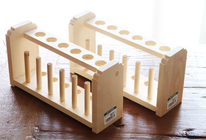 木製の試験管スタンド。このまま使用してもナチュラルで素敵なのですが、ちょっとひと手間加えておしゃれ感をアップさせてみませんか…?
