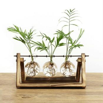 3つのフラスコに同じ植物やお花を飾ってもいいですし、それぞれ別々のものを飾ってもいいですね。さりげなくお部屋に置いてあるだけでおしゃれ感がアップします。
