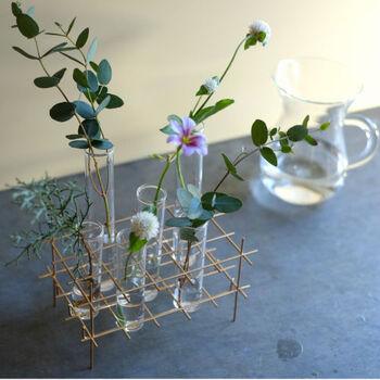 試験管風のガラスチューブの一輪挿し。アイアンのクールなスタンドに、6本のチューブ付き。ランダムに草花を飾るだけでサマになるユニークなアイテムです。