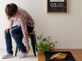 玄関先に置き、靴を履くための腰掛けとしても活用できるスツール。靴ひもを結ぶ、ストラップを留めるなど、毎日の動作がぐっとラクになります。 帰ってきたときにはスツールを「ちょい置き」の場所にすれば、重たい荷物をサッとおろせます。