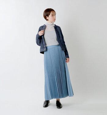 ライトグレーのタートルネックシアートップスに、ブルーのプリーツスカートとデニムのジャケットを合わせた同系色コーデ。夏のイメージが強いシアートップスは、秋冬の少し寒さを感じる季節には、インナーとして着まわすのがおすすめです。